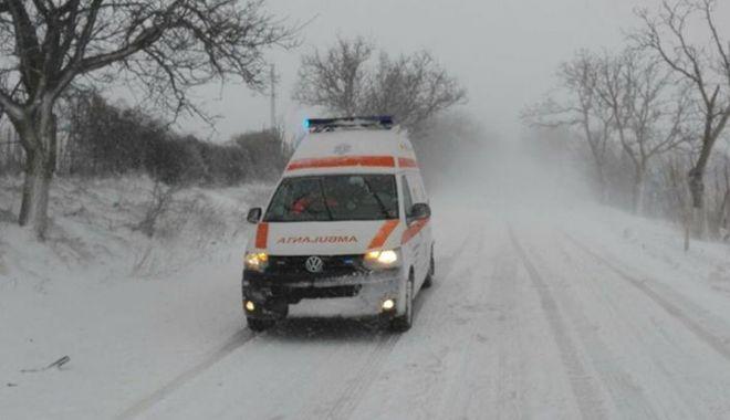 Foto: Situaţii disperate în nămeţi! O ambulanţă cu doi copii, blocată de la 3 dimineaţa în şanţ