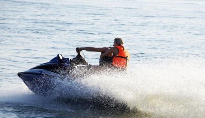 Foto: În pericol de înec după ce s-a aventurat cu skijet-ul în mare. Intervine ELICOPTERUL SMURD