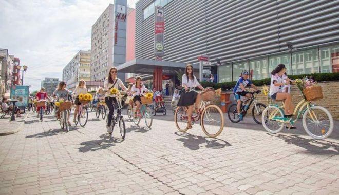 Foto: Eveniment  plin de culoare: bicicliste în rochie