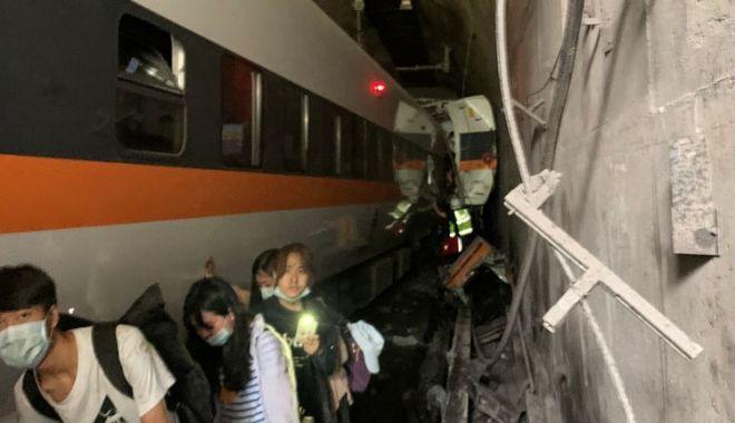Un tren a deraiat în Taiwan. Sunt cel puţin 36 de morţi şi peste 70 de răniţi - skynewstaiwantraincrash5327061-1617348768.jpg