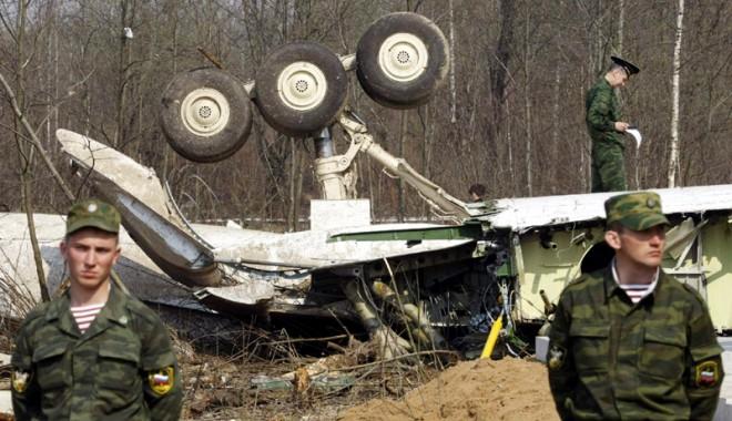 Foto: Urme de explozibil, descoperite pe epava avionului prăbuşit la Smolensk