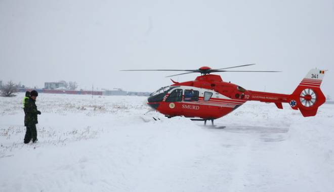 Foto: Operațiune de salvare eșuat�: Un elicopter nu a putut ateriza pentru a prelua o femeie cu fractur� la coloan�