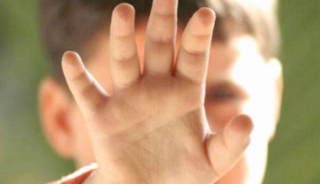 Foto: CAZ ŞOCANT! Minoră cu probleme psihice, DEZBRĂCATĂ ŞI LEGATĂ un stâlp chiar de părinţi