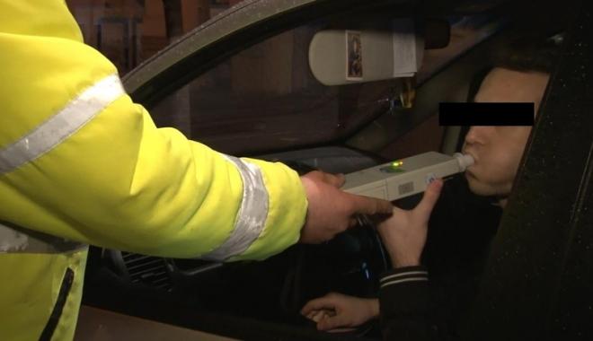 Foto: Şofer beat, cercetat în libertate după ce a lovit maşina poliţiei