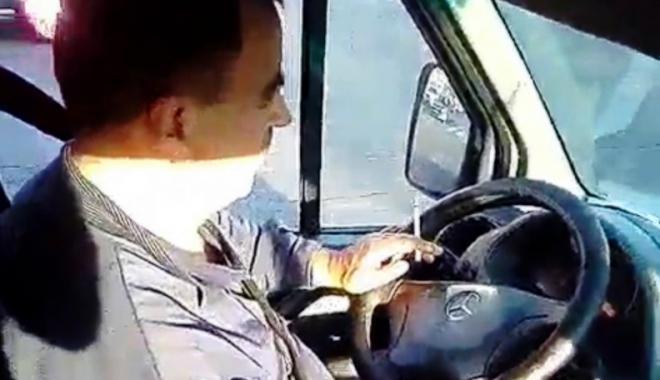 Foto: VIDEO. Şofer de maxi-taxi, filmat în timp ce fuma  la volan, în faţa a doi elevi de gimnaziu