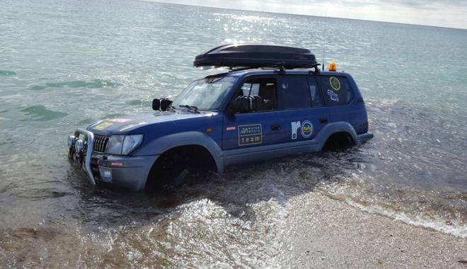 Foto: VIDEO. Şi-au făcut de cap pe litoral! Cu Jeepul în Marea Neagră
