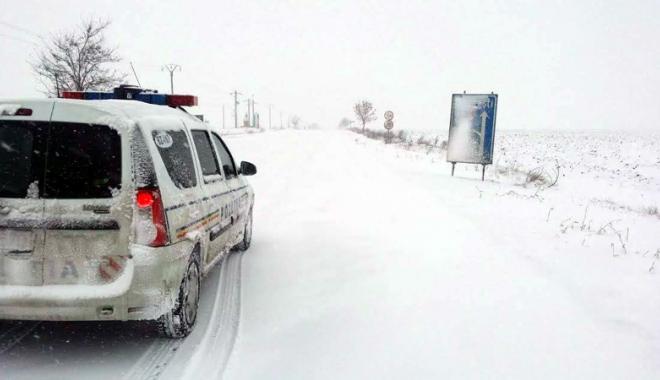 """Foto: Şoferii constănţeni  s-au """"încălzit""""  cu alcool între nămeţi  şi au rămas pietoni"""