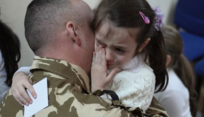 Foto: RETRAGEREA trupelor româneşti din Afganistan a început. Ponta, Oprea şi Duşa, prezenţi la proceduri