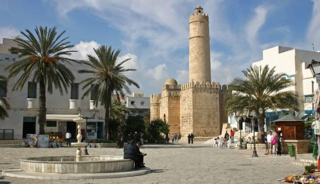 Foto: Turiștii părăsesc Tunisia după atentatul din stațiunea Sousse