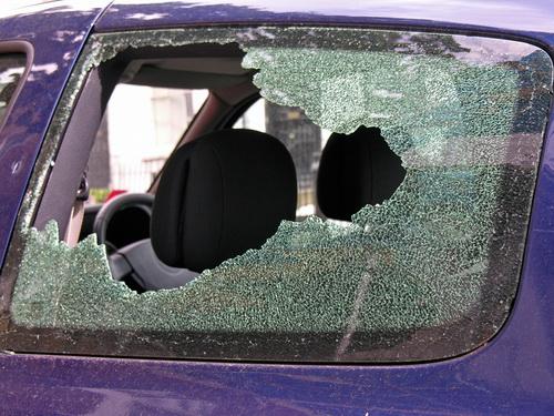 Foto: Maşini sparte pe bandă rulantă în Tomis Nord. Autorul furturilor a fost prins