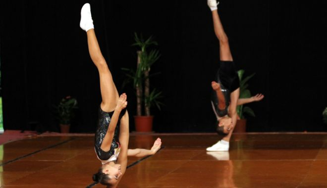 Foto: Spectacol oferit de aerobicii Farului, la Casa de Cultură