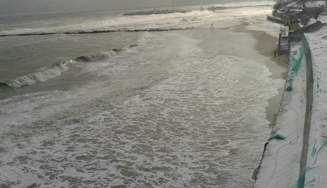 Foto: Imagini spectaculoase: Marea Neagră  a înghiţit plaja de la Eforie