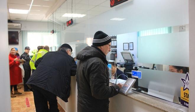 Foto: Constănţenii, grăbiţi să-şi plătească taxele  şi impozitele locale