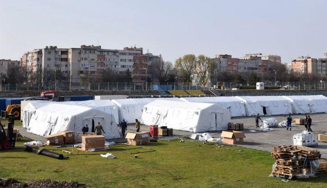 """Foto: GALERIE FOTO / Spitalul militar mobil prinde contur, pe stadionul """"Portul"""". Pregătiri pentru scenariul 4"""