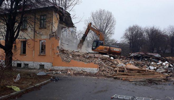 """Foto: În """"jungla"""" de la Spitalul Municipal s-a intrat cu excavatorul. Ce soartă va avea terenul"""