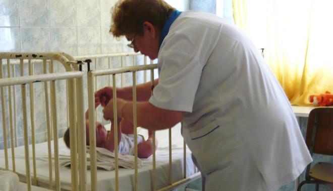 Foto: Bebelu�i abandona�i �n maternit��ile const�n�ene. Ce se �nt�mpl� cu ei �i c�nd pot fi adopta�i