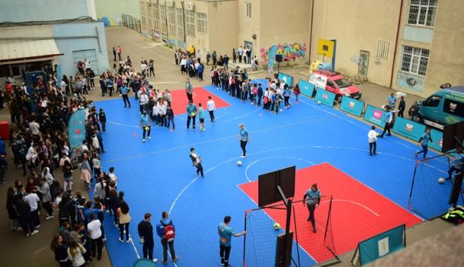 """Foto: """"Caravana Sănătate prin Sport"""", escală la Liceul Teoretic """"Ovidius"""""""