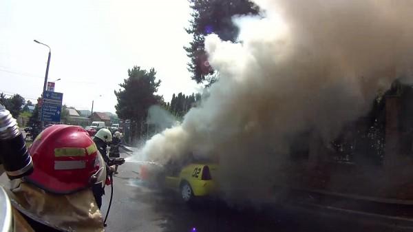 Foto: Impact puternic în trafic, la Constanţa! TAXI ÎN FLĂCĂRI, DUPĂ UN ACCIDENT RUTIER