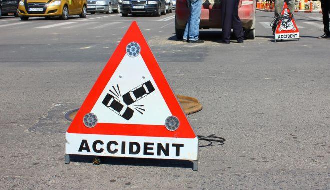 Foto: Accident rutier la Constanţa! Un şofer neantent a intrat cu maşina într-o căruţă neînregistrată