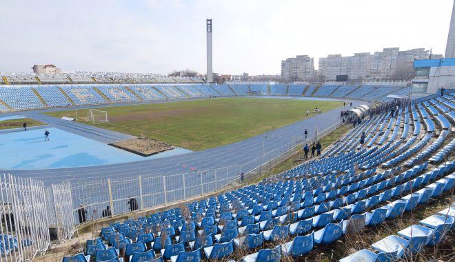 """Foto: Ministrul Tineretului şi Sportului inspectează bazele sportive din Constanţa. Va da stadionul """"Farul"""" administraţiei locale?"""