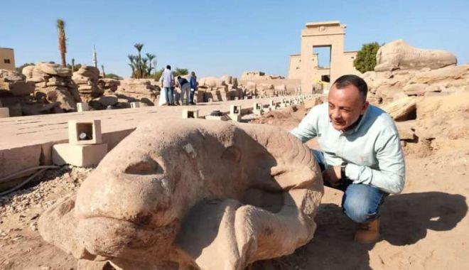 """Statui gigantice reprezentând capete de berbeci, descoperite de-a lungul """"Caii Sfincșilor"""", din Luxor"""
