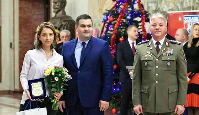 Foto: Eliza Samara, premiată de ministrul Apărării Naţionale