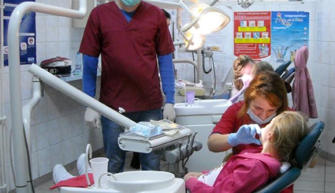 Foto: Luxul de-a avea dinţi în gură. Statul nu mai decontează tratamentele stomatologice