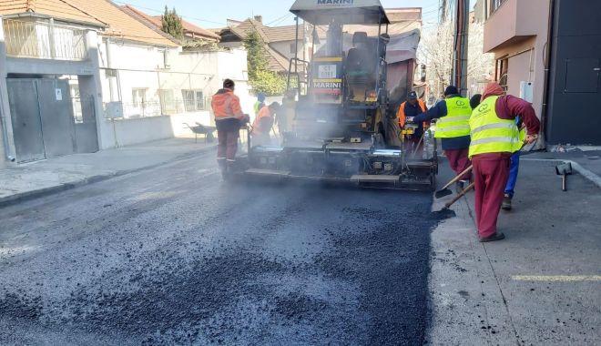 Foto: Administrația locală asfaltează străzile din cartierul Faleză Nord