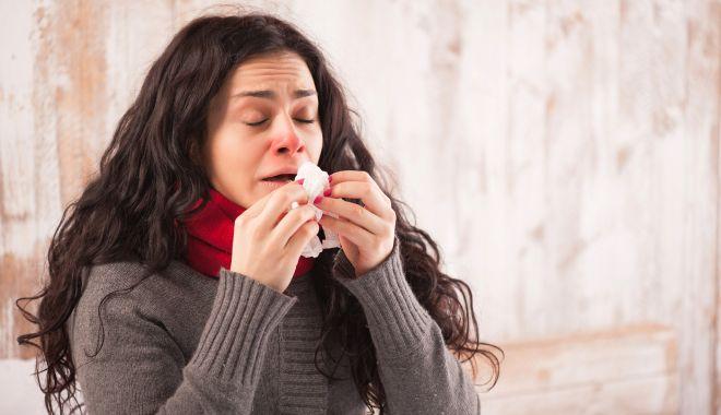 Foto: Răceli, alergii, mirosuri puternice. Din ce cauză apare strănutul
