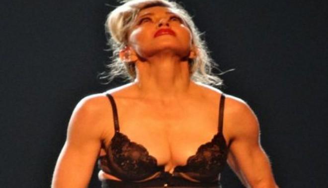 Madonna s-a dezbrăcat pentru o fetiță împușcată de talibani - strip40972900-1350313118.jpg