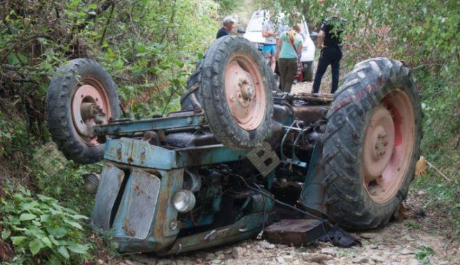 Foto: TRAGEDIE IMENSĂ! Un bărbat a murit strivit de un tractor