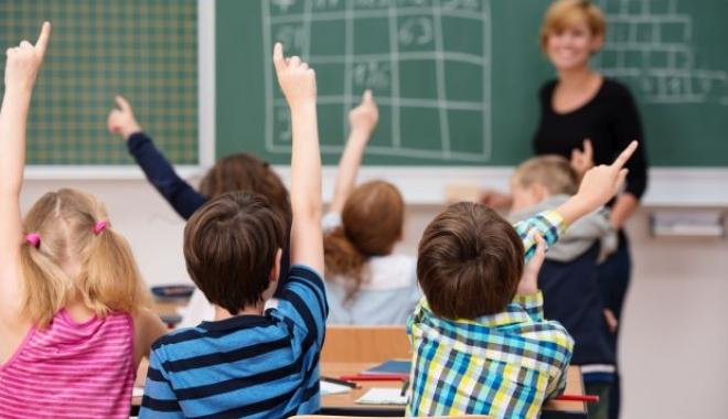 Foto: Copii bătuţi, jigniţi şi umiliţi de învăţătoarea lor. Un băiat a ajuns la spital