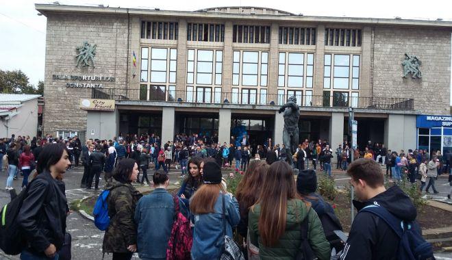 Foto: GALERIE FOTO / Studenţii s-au strâns la festivitatea de deschidere a anului universitar