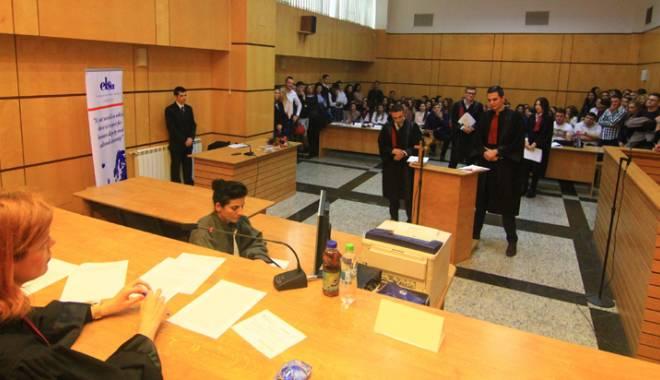 """Foto: Premieră pentru Universitatea """"Ovidius"""": studenţii de la Drept s-au """"duelat"""" la Tribunal"""