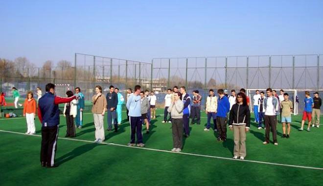 Studenţii-campioni sunt sprijiniţi de profesori să obţină rezultate - studentieducatiefizica-1395076694.jpg