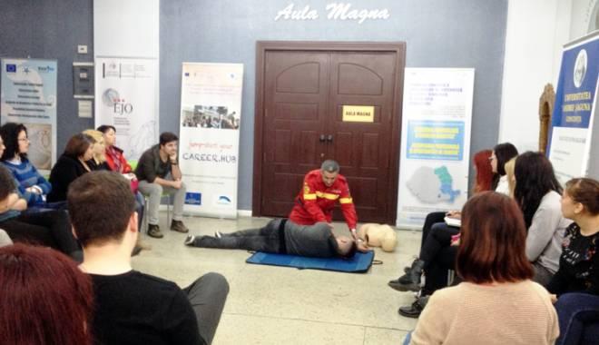 Foto: Studenţii şagunişti învaţă să salveze vieţi