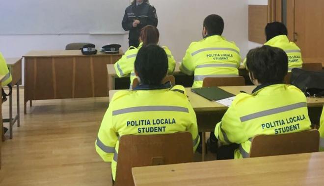 """Foto: Studenţii  de la """"Ovidius"""" şi-au sărbătorit ziua alături de poliţişti"""
