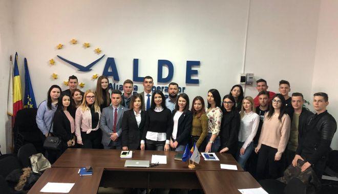 """Foto: Studenții din ALDE Constanța, discuții despre proiectul """"Start în carieră"""""""