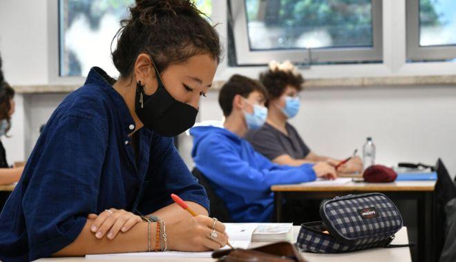 Studenţii sunt încurajaţi să îşi găsească locuri de muncă - studentiisursacorriereromagna-1606500200.jpg