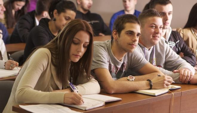 Foto: Studenţii  vor burse  şi în vacanţă