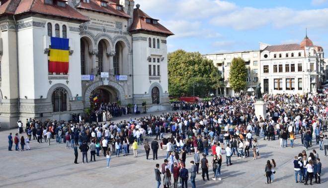 Foto: Studenţii au început anul universitar la… terasă. Rectorii se bat cu pumnul în piept că universităţile lor sunt puternice