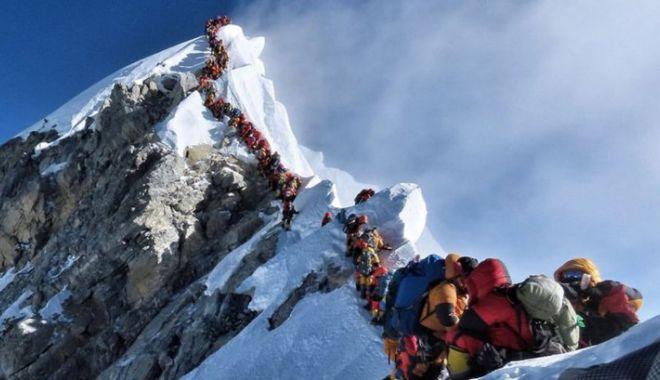 Doi alpiniști au murit într-o aglomerație de nedescris pe Everest - summitcrowdingh40782900-1558684792.jpg