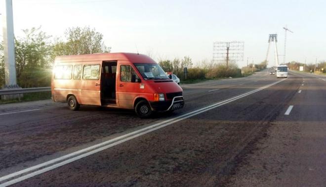 Foto: Şoferul unui microbuz a blocat circulaţia pe podul Agigea