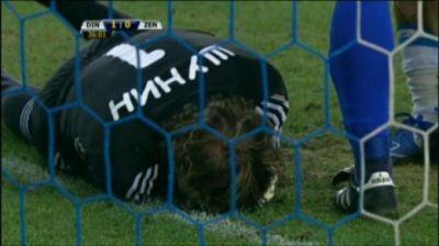 Foto: Meciul Dinamo-Zenit, suspendat din cauza unei petarde care l-a rănit grav pe portar!