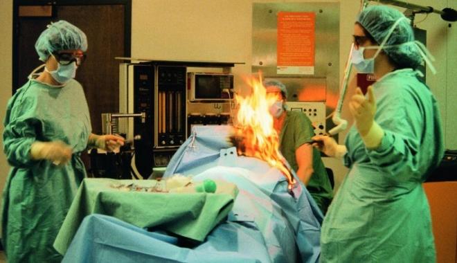 Foto: Anchetă în spital, după ce un pacient a luat foc pe masa de operaţie