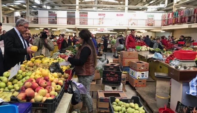 Foto: Premierul Tudose a făcut o vizită neanunţată într-o piaţă din Deva
