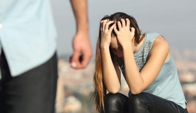 """Femei chinuite de partenerii de viaţă. """"M-a strâns de gât până am leşinat"""" - sus-1606504661.jpg"""