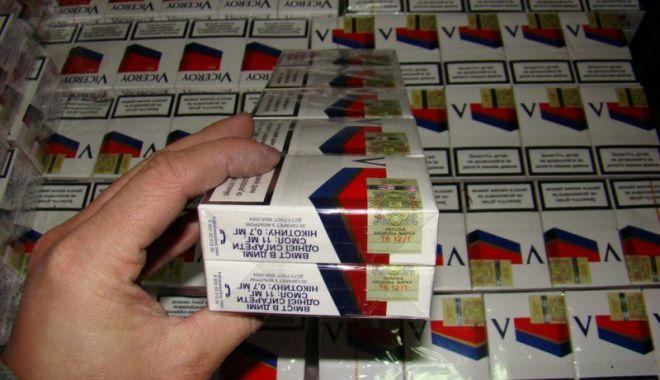 Foto: Sute de pachete de ţigări netimbrate, vândute în zona Pieţei Abator
