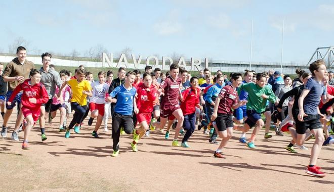 Foto: Sute de alergători, la startul Crosului Primăverii