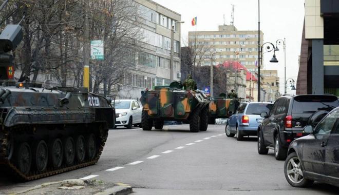 Foto: Sute de militari  se pregătesc  de defilarea oficială, pe bulevardul Tomis